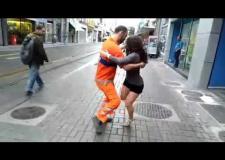 Vídeo de gari pé de valsa viraliza nas redes sociais; ASSISTA