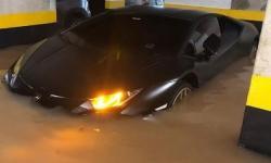 VÍDEO: Lamborghini avaliada em R$ 1,6 milhão fica embaixo d'água durante alagamento em São Paulo