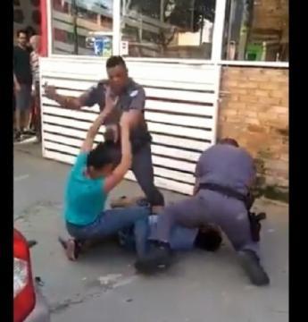 PMs são afastados após agredir morador de rua com chutes e pontapés: VEJA O VÍDEO