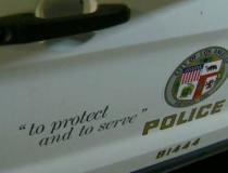 Policial é afastado após apalpar os seios de mulher morta