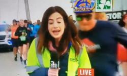 Assediada, repórter leva tapa no bumbum em transmissão ao vivo