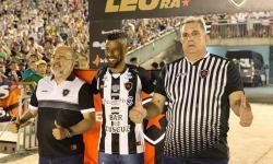 Léo Moura é apresentado para torcida no Almeidão