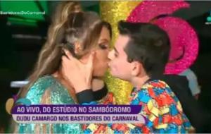 Pupilo de Silvio Santos agarra Simony ao vivo, força beijo e irrita apresentadores da RedeTV!: ASSISTA