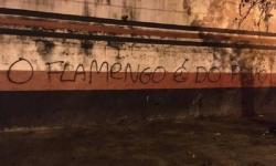 Após cobrança por transmissão, muros da Gávea são pichados: 'Flamengo é do povo'