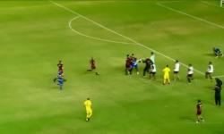 PANCADARIA: Massagista invade campo e troca socos com jogadores de time rival – VEJA VÍDEO