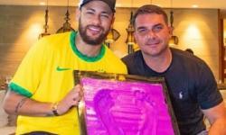 Neymar faz chamada de vídeo com Jair Bolsonaro após marcar os pés na Calçada da Fama do Maracanã