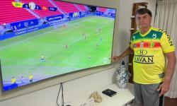 Bolsonaro posta foto do jogo do Brasil e aponta para símbolo do SBT