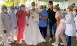 Mulher se casa e vai vestida de noiva para se vacinar contra Covid-19