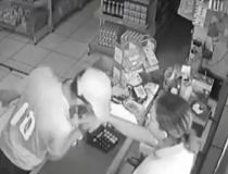 Após assalto, suspeito se 'despede' de uma das vítimas com beijo na mão – ASSISTA