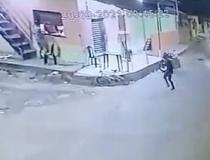 Homem tenta invadir lanchonete para fugir da morte, mas é executado com 10 tiros por motoboy; confira no vídeo