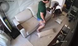 ASSISTA: Em novo vídeo divulgado, Dj Ivis acerta esposa pelas costas e a derruba na sala