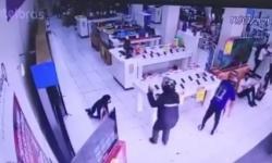 VÍDEO: Dupla armada invade loja de eletros, rende funcionários e roubam celulares no centro de Campina Grande
