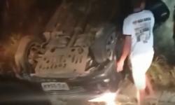 VÍDEO: Roda desprende de veículo e provoca capotamento no Brejo paraibano