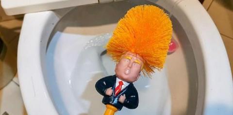 Escova no formato de Trump para limpar privada faz sucesso na China