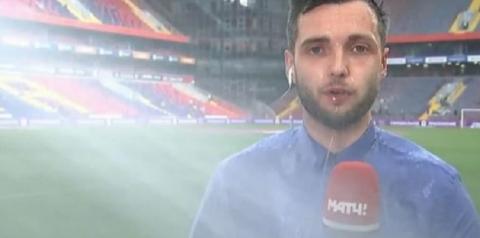 Repórter é 'atacado' por sistema de irrigação de estádio em transmissão ao vivo; vídeo