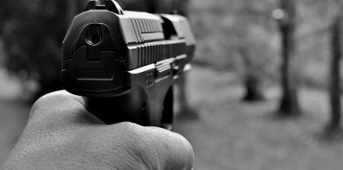 Homem foragido da justiça troca tiros com PM no Bessa após tentar sequestro relâmpago