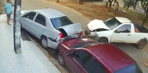 Motorista é preso após jogar o próprio carro contra veículos estacionados em frente à casa da ex; vídeo