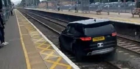 Vídeo: ladrão rouba carro de luxo, atropela policiais e invade ferrovia
