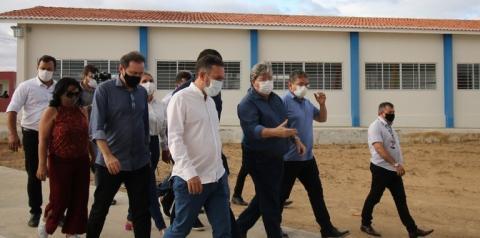 João Azevêdo inaugura Corpo de Bombeiros de Sumé, inspeciona obras e visita restaurantes do 'Tá na Mesa' no Cariri
