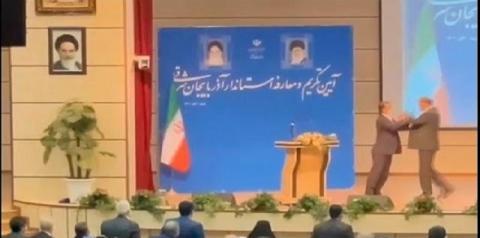 Homem invade palco e dá tapa em governador durante discurso – VEJA VÍDEO