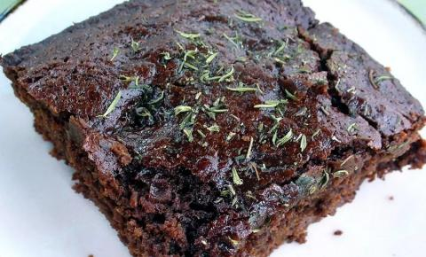 Idosos passam mal após comerem bolo recheado com maconha em festa de aniversário em família