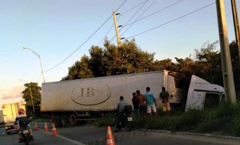 Após tentar por dois dias seguidos, PRF consegue retirar carreta tombada em Bayeux