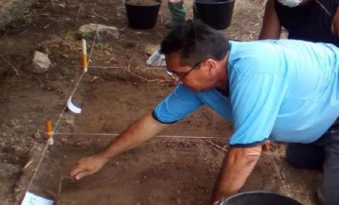 Arqueólogos escavam cemitério indígena no Agreste da Paraíba