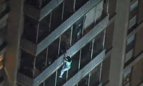 VÍDEO: Homem escala 15 andares de prédio para 'salvar a mãe' durante incêndio