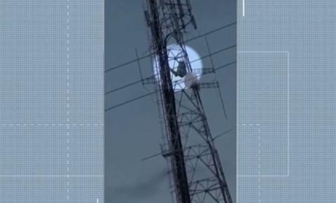 Homem que aparece deitado numa rede no alto de antena telefônica viraliza na internet; assista