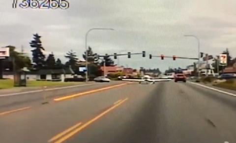 VÍDEO: Avião apresenta problemas técnicos e faz pouso de emergência em avenida movimentada