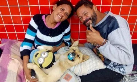 Cão de moradores de rua viraliza ao dormir com chupeta