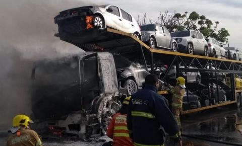 Vídeos: Incêndio em carreta-cegonha interrompe trânsito em avenida movimentada
