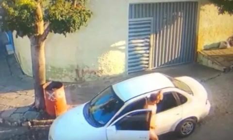 Homem persegue mulheres e câmeras flagram ele se masturbando em via pública – VEJA VÍDEO