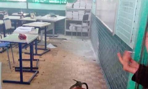 Adolescente ataca alunos e professora com machadinha após invadir escola