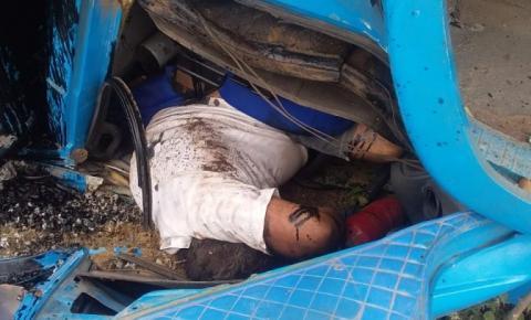 Preso às ferragens, motorista de caminhão morre após veículo carregado de brita tombar