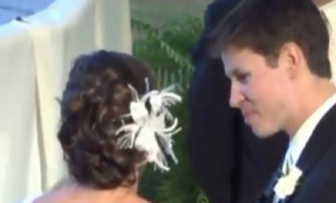 VÍDEO! Noiva esquece microfone ligado e sussurra segredo vergonhoso em cerimônia