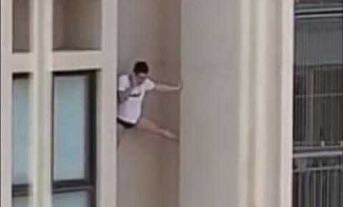 Homem de camisa e cueca é filmado escorado do lado de fora de prédio; veja vídeo