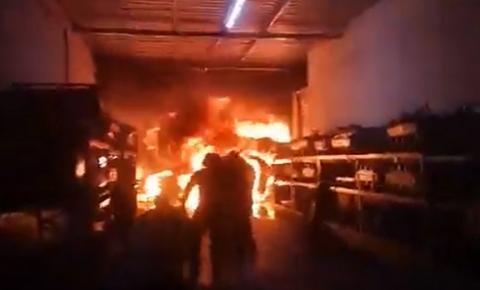Incêndio atinge galpão de fábrica de descartáveis em João Pessoa: VÍDEOS