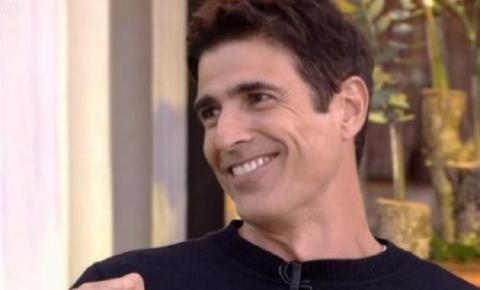 No ar em 'A Dona do Pedaço', ator está namorando com fotógrafo, diz colunista