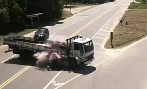 Imagens fortes: homem morre após acidente grave entre moto e carreta