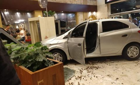 Motorista sofre mal súbito e invade shopping