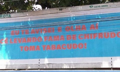 'Toma tabacudo': outdoor revelando traição chama atenção de quem passa em Avenida