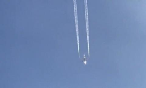 Vídeo: Avião despeja combustível e atinge crianças em escolas