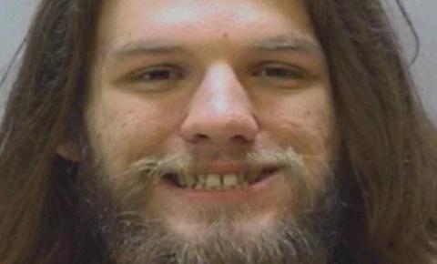 Julgado por posse de droga, réu acende cigarro de maconha diante de juiz