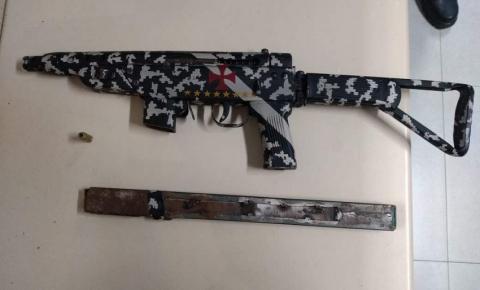 INUSITADO: Adolescente é apreendido pela PM com fuzil personalizado do Vasco