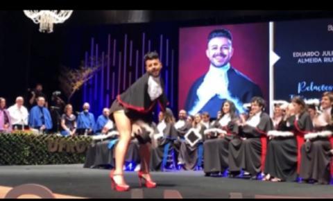 Rebolando muito, formando recebe diploma ao som de Pabllo Vittar e vídeo viraliza na web: ASSISTA