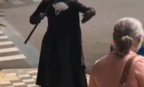 Vídeo: fantasiado de 'Morte', homem manda idosos saírem da rua