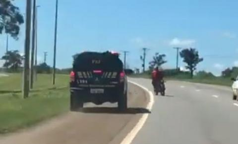 FUGA ALUCINANTE: Vídeo mostra perseguição incessante da PRF a motociclista que furou bloqueio – VEJA VÍDEO