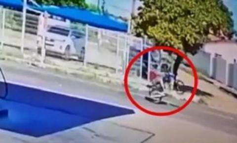 Jovem que empinava moto colide em caçamba e morre; vídeo com cenas fortes mostra o exato momento
