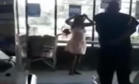 INUSITADO: Mulher tira calcinha e usa como máscara ao ser impedida de entrar em supermercado; ASSISTA